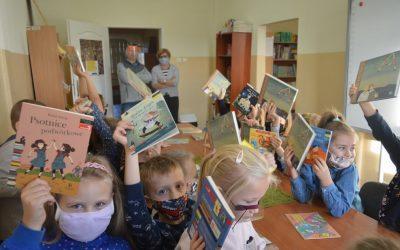 """Pierwsza """"oficjalna"""" wizyta naszych pierwszoklasistów w bibliotece !"""