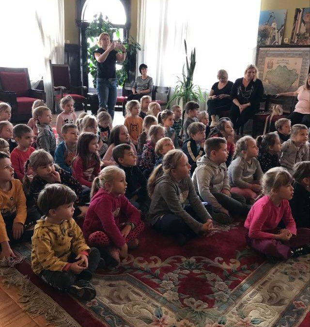Przedszkolaki na spotkaniu z pisarką panią Renatą Piątkowską.